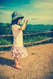 Ευτυχές ασιατικό κορίτσι που χαμογελά και που χαλαρώνει υπαίθρια στην ημέρα, τ Στοκ Εικόνες