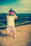 Ευτυχές ασιατικό κορίτσι που χαμογελά και που χαλαρώνει υπαίθρια στην ημέρα, τ Στοκ φωτογραφία με δικαίωμα ελεύθερης χρήσης