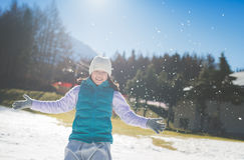Ευτυχές ασιατικό κορίτσι που χαμογελά υπαίθρια στο χιόνι στοκ φωτογραφίες με δικαίωμα ελεύθερης χρήσης