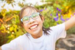 Ευτυχές ασιατικό κορίτσι που Στοκ φωτογραφία με δικαίωμα ελεύθερης χρήσης