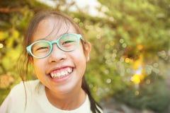 Ευτυχές ασιατικό κορίτσι που Στοκ Εικόνα