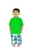 Ευτυχές ασιατικό παιδί με τα ακουστικά, που απομονώνεται στο άσπρο υπόβαθρο Στοκ Φωτογραφίες