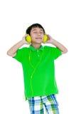 Ευτυχές ασιατικό παιδί με τα ακουστικά, που απομονώνεται στο άσπρο υπόβαθρο Στοκ φωτογραφίες με δικαίωμα ελεύθερης χρήσης