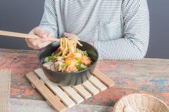 Ευτυχές ασιατικό παιδί που τρώει το εύγευστο νουντλς Στοκ εικόνες με δικαίωμα ελεύθερης χρήσης