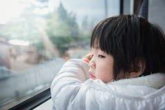 Ευτυχές ασιατικό παιδί που φαίνεται έξω παράθυρο τραίνων έξω Στοκ εικόνες με δικαίωμα ελεύθερης χρήσης