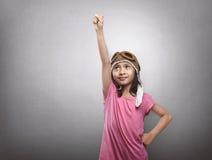 Ευτυχές ασιατικό παιδί στο πειραματικά παιχνίδι και τα όνειρα αεροπόρων Στοκ Εικόνα
