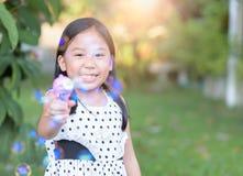 Ευτυχές ασιατικό σαπούνι φυσαλίδων παιχνιδιού κοριτσιών στο σπίτι Στοκ εικόνες με δικαίωμα ελεύθερης χρήσης