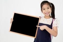 Ευτυχές ασιατικό χέρι κοριτσιών preteens που κρατά τον ξύλινο πίνακα Στοκ Εικόνες