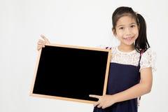 Ευτυχές ασιατικό χέρι κοριτσιών preteens που κρατά τον ξύλινο πίνακα Στοκ φωτογραφία με δικαίωμα ελεύθερης χρήσης
