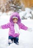 Ευτυχές αστείο μικρό κορίτσι στο χιόνι Στοκ Φωτογραφίες
