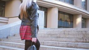 Ευτυχές αστικό ξανθό τρέχοντας πέταγμα φουστών σκαλοπατιών απόθεμα βίντεο