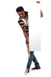 Ευτυχές αφρικανικό άτομο που κρατά τον κενό πίνακα λογαριασμών Στοκ εικόνα με δικαίωμα ελεύθερης χρήσης