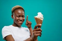 Ευτυχές αφρικανικό κέρατο εκμετάλλευσης γυναικών με το παγωτό στοκ φωτογραφία