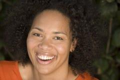 Ευτυχές βέβαιο χαμόγελο αφροαμερικάνων γυναικών στοκ φωτογραφία με δικαίωμα ελεύθερης χρήσης