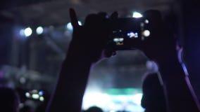 Ευτυχές βίντεο πυροβολισμού ανεμιστήρων στη συναυλία μουσικής, που απολαμβάνει την αγαπημένη απόδοση ζωνών απόθεμα βίντεο