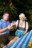 Ευτυχές βαυαρικό ζεύγος με τα γυαλιά μπύρας Στοκ εικόνα με δικαίωμα ελεύθερης χρήσης