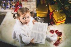Ευτυχές βιβλίο ανάγνωσης κοριτσάκι με το παραμύθι Στοκ φωτογραφία με δικαίωμα ελεύθερης χρήσης