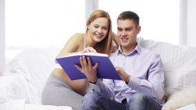 Ευτυχές βιβλίο οικογενειακής ανάγνωσης στο σπίτι απόθεμα βίντεο