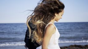 Ευτυχές γαμήλιο ζεύγος που τρέχει στην παραλία απόθεμα βίντεο