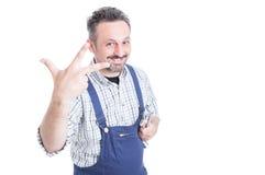 Ευτυχές γαλλικό κλειδί εκμετάλλευσης χαμόγελου μηχανικό και υπολογισμός τριών στοκ εικόνα με δικαίωμα ελεύθερης χρήσης