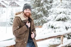 Ευτυχές γενειοφόρο άτομο που στέκεται στο wintertime υπαίθρια Στοκ φωτογραφία με δικαίωμα ελεύθερης χρήσης