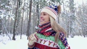 Ευτυχές γυναικών χαμόγελου στο δάσος μια χειμερινή ημέρα απόθεμα βίντεο