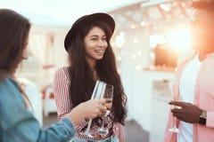 Ευτυχές δοκιμάζοντας οινόπνευμα γυναικών με τους συντρόφους Στοκ εικόνα με δικαίωμα ελεύθερης χρήσης