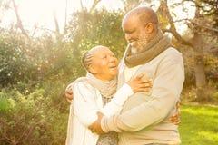Ευτυχές ειρηνικό ανώτερο αγκάλιασμα ζευγών Στοκ εικόνα με δικαίωμα ελεύθερης χρήσης