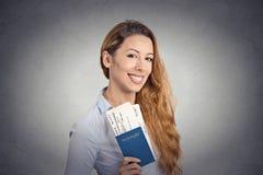 Ευτυχές εισιτήριο πτήσης διακοπών διαβατηρίων εκμετάλλευσης γυναικών τουριστών νέο Στοκ Εικόνες