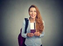 Ευτυχές εισιτήριο πτήσης διακοπών διαβατηρίων εκμετάλλευσης γυναικών τουριστών νέο Στοκ Φωτογραφία