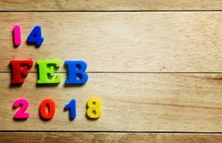 Ευτυχές εκλεκτής ποιότητας ξύλινο κείμενο ημέρας βαλεντίνων για την 14η Φεβρουαρίου στον τρύγο Στοκ Φωτογραφίες