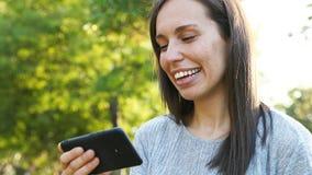 Ευτυχές ενήλικο βίντεο προσοχής γυναικών στο έξυπνο τηλέφωνο απόθεμα βίντεο