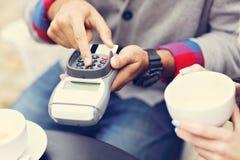 Ευτυχές ενήλικο ζεύγος που χρονολογεί στον καφέ Στοκ φωτογραφία με δικαίωμα ελεύθερης χρήσης