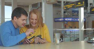 Ευτυχές ενήλικο ζεύγος με τα έξυπνα τηλέφωνα απόθεμα βίντεο