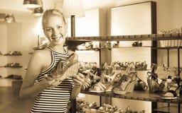 Ευτυχές ενήλικο shopaholic επιθυμητό εκμετάλλευση παπούτσι γυναικών Στοκ εικόνα με δικαίωμα ελεύθερης χρήσης