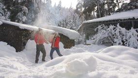 Ευτυχές ερωτευμένο ζευγών γύρω από κοντά στο δάσος κατοικεί το χειμώνα Η ευτυχής οικογένεια ρίχνει επάνω στο χιόνι στον ουρανό κα φιλμ μικρού μήκους
