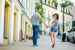 Ευτυχές ερωτευμένο περπάτημα ζευγών στην πόλη Στοκ Φωτογραφία