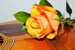 ευτυχές λευκό τραγουδιού αγάπης αγάπης ζευγών ανασκόπησης Στοκ Φωτογραφία