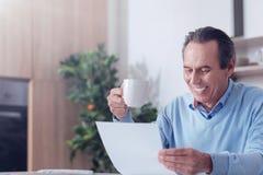 Ευτυχές ευχαριστημένο άτομο που κρατά ένα φλυτζάνι καφέ Στοκ φωτογραφία με δικαίωμα ελεύθερης χρήσης