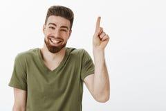 Ευτυχές ευχαριστημένο και ξένοιαστο ελκυστικό ενήλικο άτομο με τη γενειάδα που γελά χαρωπά έχοντας το μεγάλο χρόνο που φαίνεται ε στοκ φωτογραφία με δικαίωμα ελεύθερης χρήσης