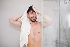 Ευτυχές ελκυστικό αρσενικό μετά από το ντους Στοκ εικόνες με δικαίωμα ελεύθερης χρήσης