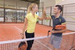 Ευτυχές ζευγών παίζοντας γήπεδο αντισφαίρισης αντισφαίρισης εσωτερικό στοκ εικόνα με δικαίωμα ελεύθερης χρήσης