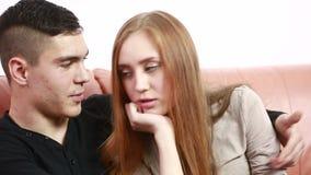 Ευτυχές ζεύγος ή γάμος που φαίνεται μεταξύ τους που γελά και που κρατά τα χέρια απόθεμα βίντεο