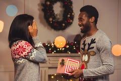 Ευτυχές ζεύγος αφροαμερικάνων στα Χριστούγεννα στοκ εικόνες