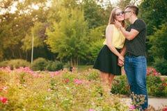 Ευτυχές ζεύγος γύρω από τα λουλούδια Στοκ φωτογραφίες με δικαίωμα ελεύθερης χρήσης