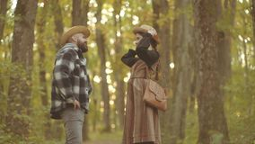 Ευτυχές ζεύγος ερωτευμένο έχοντας τη διασκέδαση και γελώντας από κοινού Ζεύγος φθινοπώρου με τη φθινοπωρινή διάθεση Γειά σου φθιν φιλμ μικρού μήκους