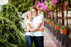 Ευτυχές ζεύγος ερωτευμένο έχοντας τη διασκέδαση στην οδό στοκ φωτογραφία