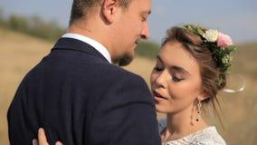 Ευτυχές ζεύγος ερωτευμένο στα λιβάδια Ζεύγη πορτρέτου, αγάπη τρυφερότητας απόθεμα βίντεο