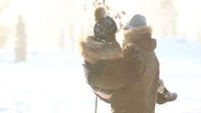 Ευτυχές ζεύγος εύθυμο μαζί κατά τη διάρκεια της κλίσης χειμερινών διακοπών έξω στο πάρκο χιονιού Κλείστε επάνω την όψη απόθεμα βίντεο