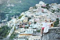 Ευτυχές ζεύγος μετά από το γάμο σε Positano, Ιταλία στοκ εικόνα